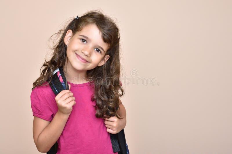 Jong meisje met schooltas stock fotografie
