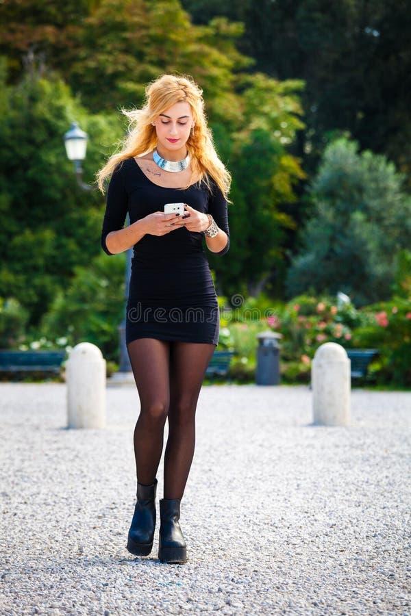 Jong meisje met smartphone Mobiele verslaving, de eigentijdse sociale maatschappij royalty-vrije stock afbeelding