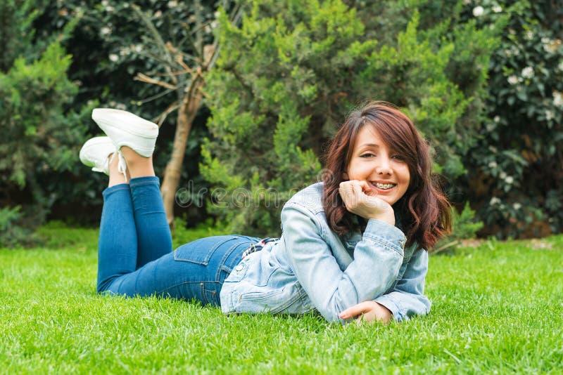 Jong meisje met steunen openlucht royalty-vrije stock afbeelding