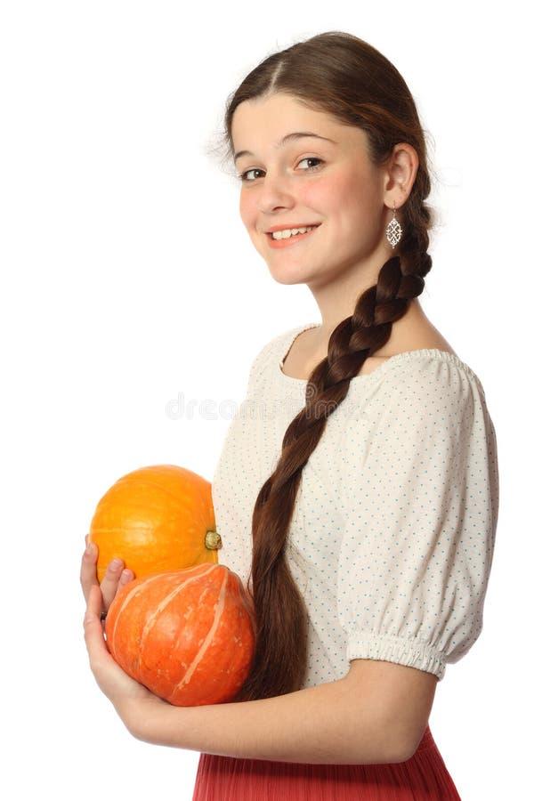 Jong meisje met twee pompoenen royalty-vrije stock afbeelding