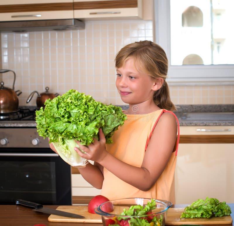 Jong Meisje met Verse Sla Gezond Voedsel - Plantaardige Salade Dieet Het op dieet zijn concept Gezonde Levensstijl Thuis het koke royalty-vrije stock afbeelding