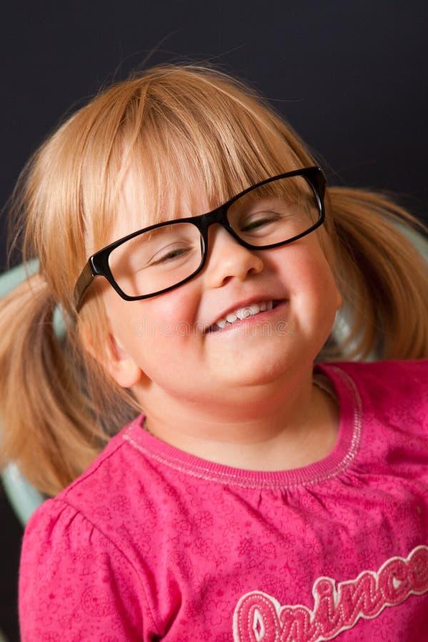 Jong meisje met volwassen glazen royalty-vrije stock foto's