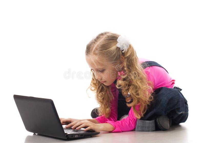 Jong meisje met zwarte laptop royalty-vrije stock fotografie