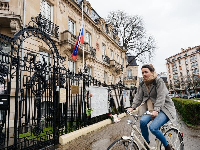 Jong meisje naast het Russische Consulaatsambassade rouwen van slachtoffers royalty-vrije stock afbeelding