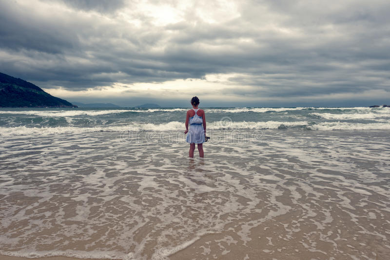 Jong meisje in oceaan, Da Nang, Vietnam stock foto's