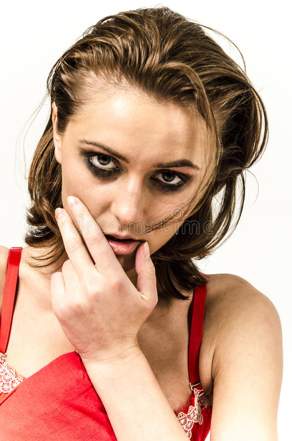 Jong meisje in ondergoed in bed schreeuwen en afvegende scheuren die haar handen smeren stock foto's