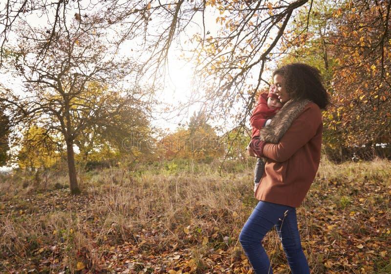 Jong Meisje op Autumn Walk With Mother stock foto