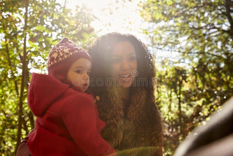Jong Meisje op Autumn Walk With Mother stock afbeelding