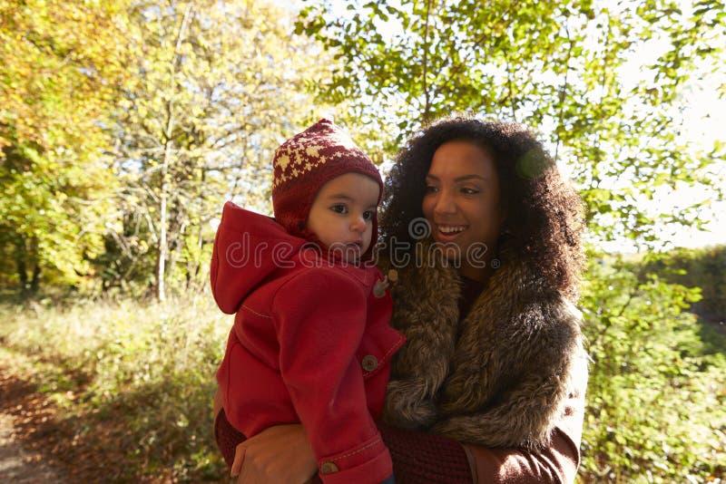 Jong Meisje op Autumn Walk With Mother stock fotografie