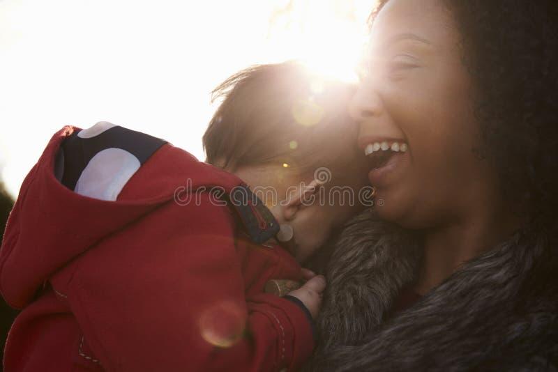 Jong Meisje op Autumn Walk With Mother stock afbeeldingen
