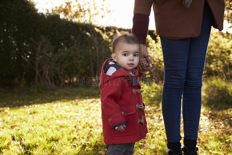 Jong Meisje op Autumn Walk With Mother royalty-vrije stock fotografie