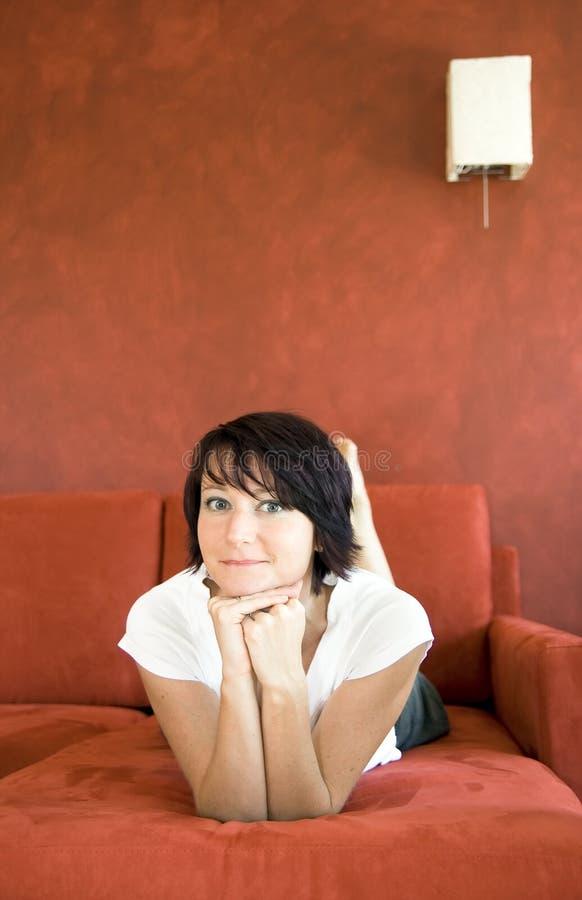 Jong meisje op bank royalty-vrije stock fotografie