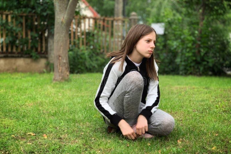 Jong meisje op de samenstelling van grass royalty-vrije stock foto's