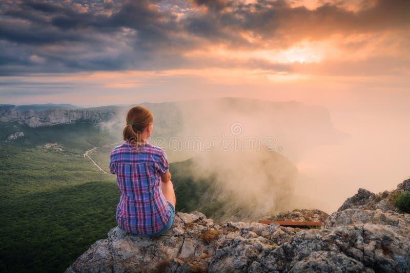 Jong meisje op een klip royalty-vrije stock foto