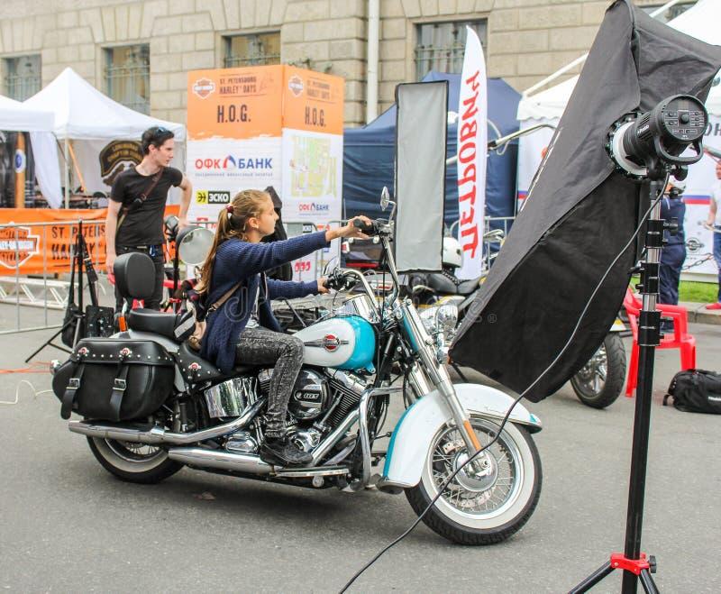 Jong meisje op een motorfiets royalty-vrije stock fotografie