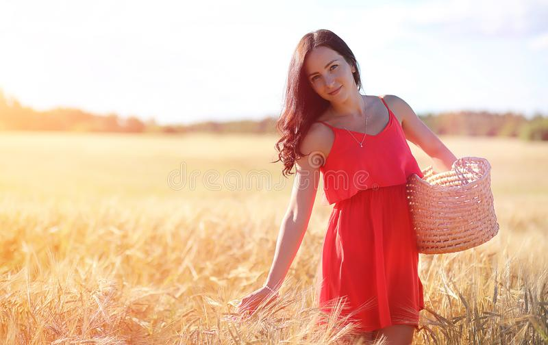 Jong meisje op een tarwegebied De zomerlandschap en een meisje op een Na royalty-vrije stock afbeeldingen