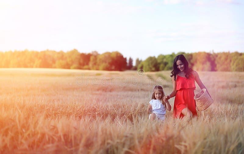 Jong meisje op een tarwegebied De zomerlandschap en een meisje op een Na royalty-vrije stock fotografie