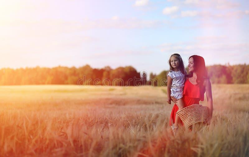 Jong meisje op een tarwegebied De zomerlandschap en een meisje op een Na royalty-vrije stock afbeelding
