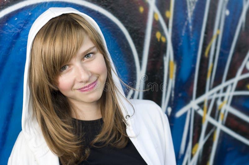Jong meisje op graffitiachtergrond royalty-vrije stock foto