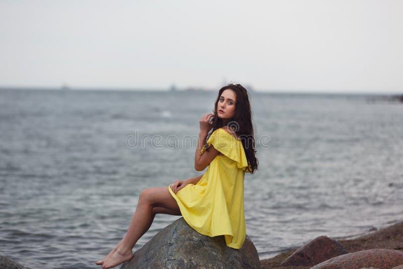 Jong Meisje op het strand stock fotografie