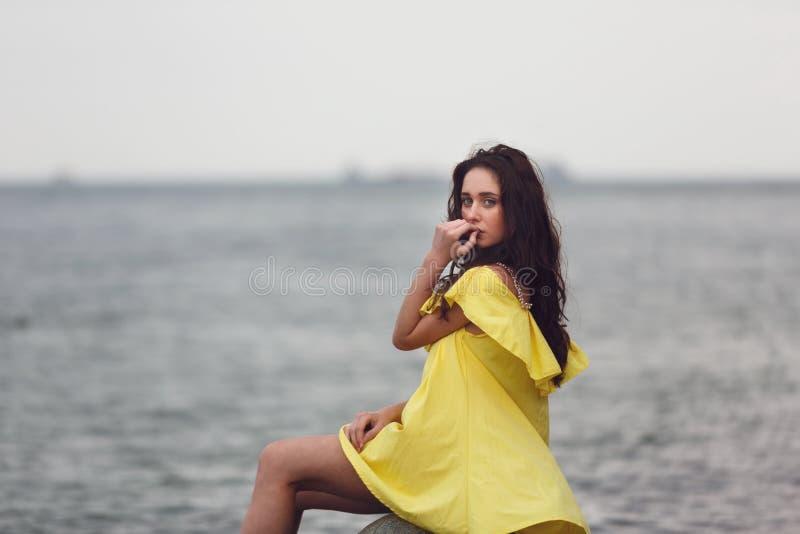 Jong Meisje op het strand royalty-vrije stock afbeelding