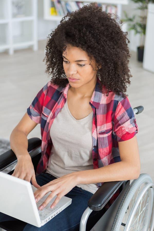 Jong meisje op rolstoel het surfen Web stock foto's