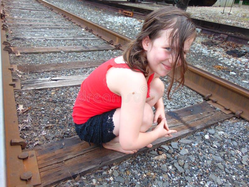 Jong Meisje op Treinsporen royalty-vrije stock foto's