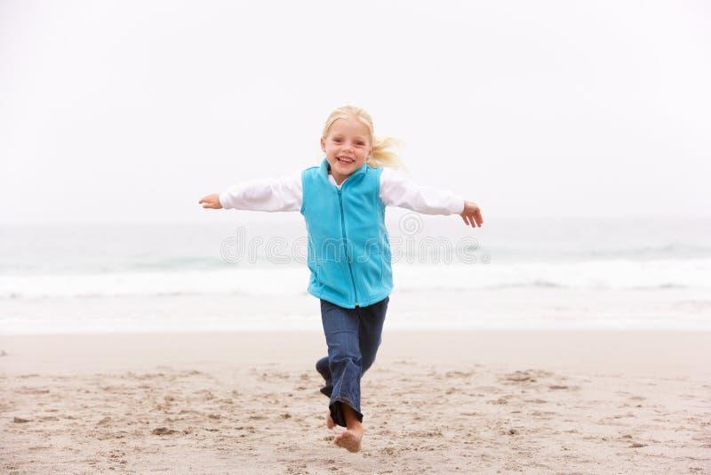 Jong Meisje op Vakantie die langs het Strand van de Winter loopt royalty-vrije stock foto's