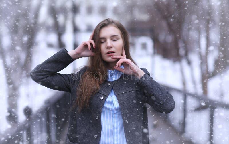 Jong meisje in openlucht in de winter Modelmeisje die in openlucht stellen stock fotografie