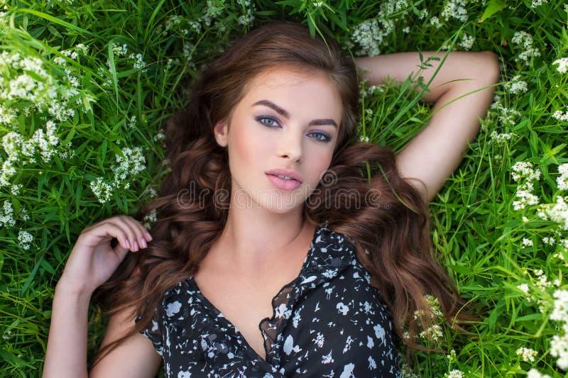 Jong meisje in openlucht in witte lavendelbloemen royalty-vrije stock fotografie