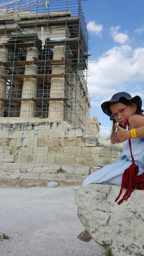 Jong meisje in Parthenon, Athene, Griekenland royalty-vrije stock foto