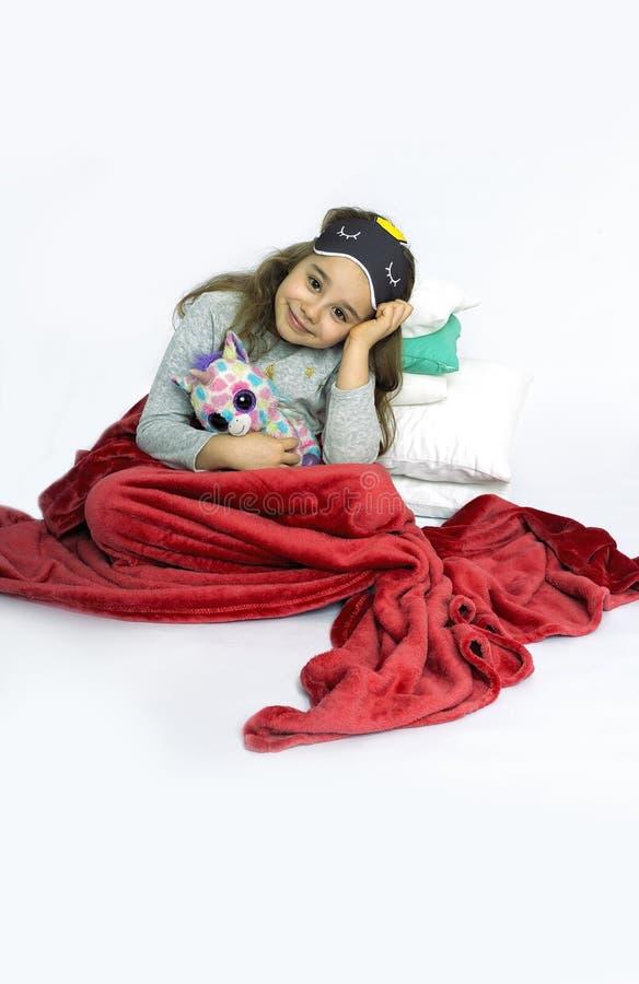 Jong meisje in pyjama's die klaar voor bed worden stock fotografie