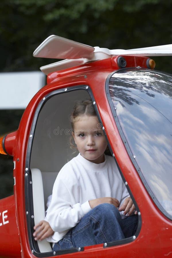 Jong meisje in rode helikopter 01 stock afbeelding