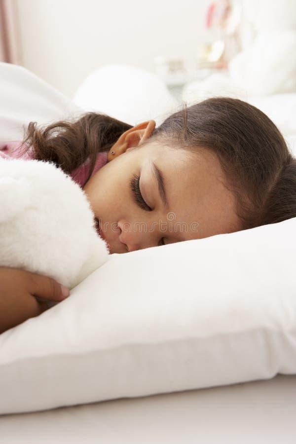 Jong Meisje In slaap in Bed met Snoezig Stuk speelgoed stock afbeelding