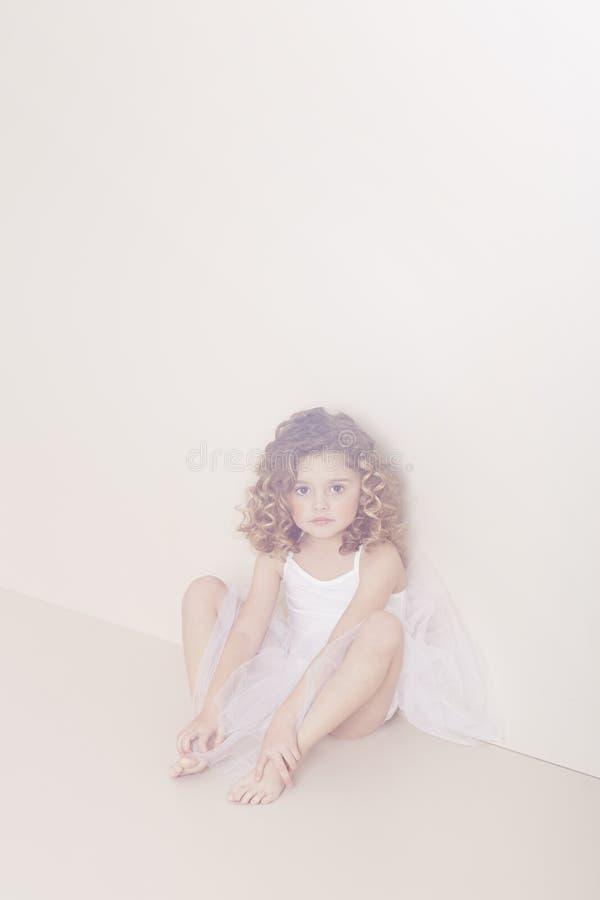 Jong meisje in tutu royalty-vrije stock afbeelding