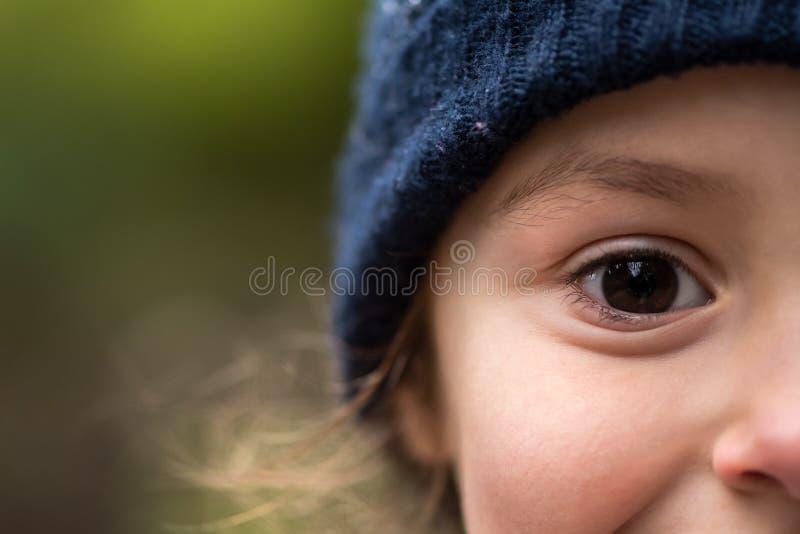 Jong meisje in warme blauwe wolhoed stock afbeelding