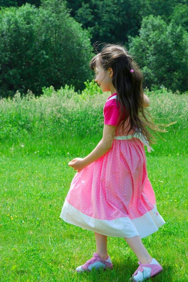 Jong meisje in weide stock foto