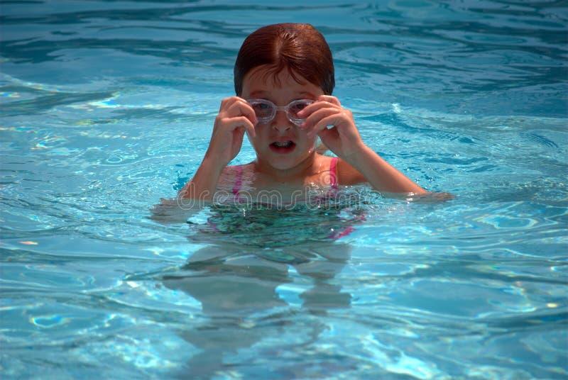 Jong meisje in zwembad stock foto