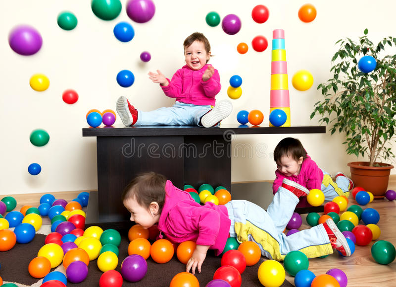 Jong meisjeskind die pret het spelen met kleurrijke plastic ballen hebben royalty-vrije stock afbeelding