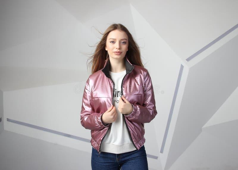 Jong meisjesmeisje die jasje met gebied voor uw embleem dragen, prototype van witte vrouwen hoodie royalty-vrije stock foto's