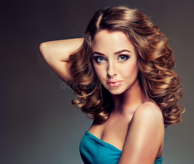 Jong meisjesmodel met dicht, krullend haar royalty-vrije stock afbeelding