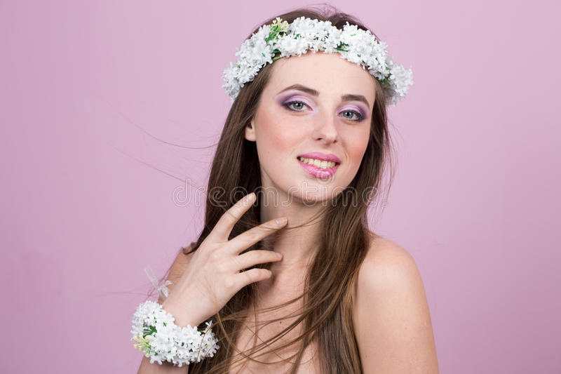 Jong model met heldere bloemen op haar hoofd royalty-vrije stock fotografie