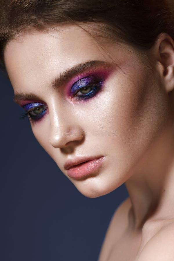 Jong model met lilac rokerige ogen stock foto's
