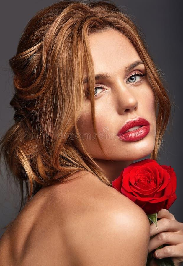 Jong model met natuurlijke make-up en perfecte huid royalty-vrije stock foto