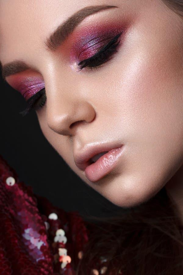 Jong model met rode en lilac rokerige ogen royalty-vrije stock fotografie