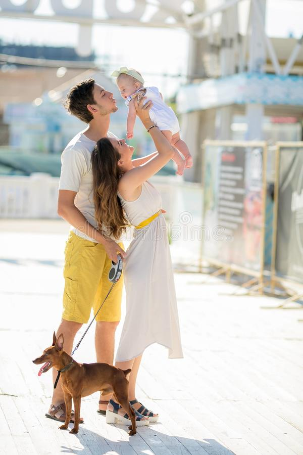Jong modieus hipsterpaar in liefde het lopen het spelen hondpuppy in tropisch strand, wit zand, koele uitrusting, romantische ste royalty-vrije stock afbeeldingen