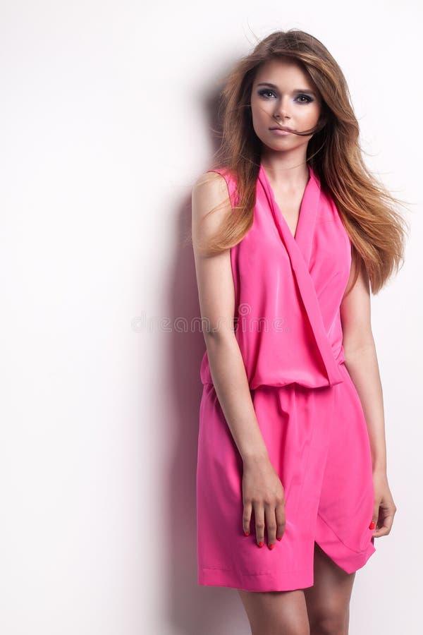 Jong modieus meisje in roze kleding royalty-vrije stock fotografie