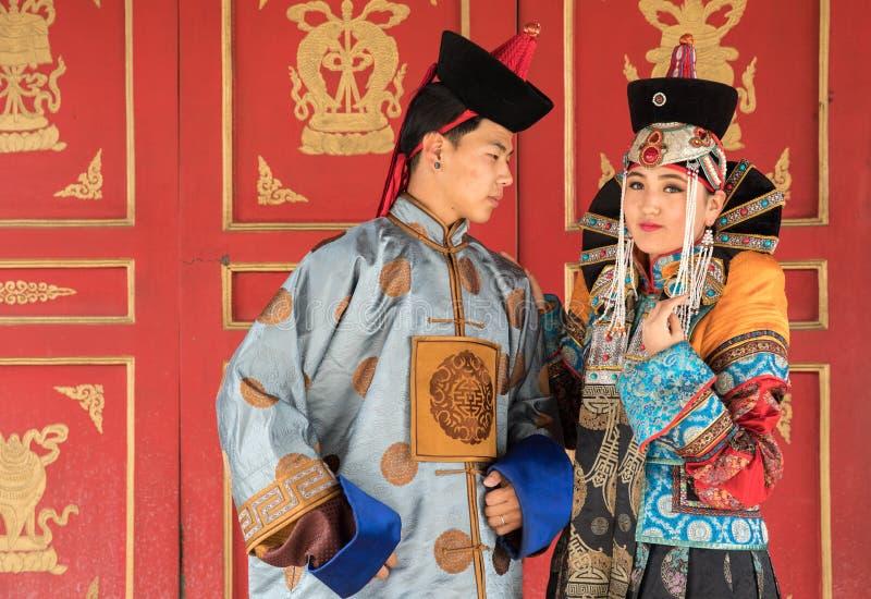 Jong Mongools paar in een oud Mongools kostuum royalty-vrije stock fotografie