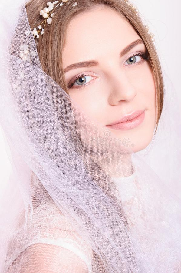 Jong mooi blond fianceeportret met witte sluier stock fotografie