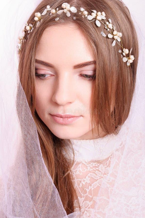 Jong mooi blond fianceeportret met witte sluier stock foto's